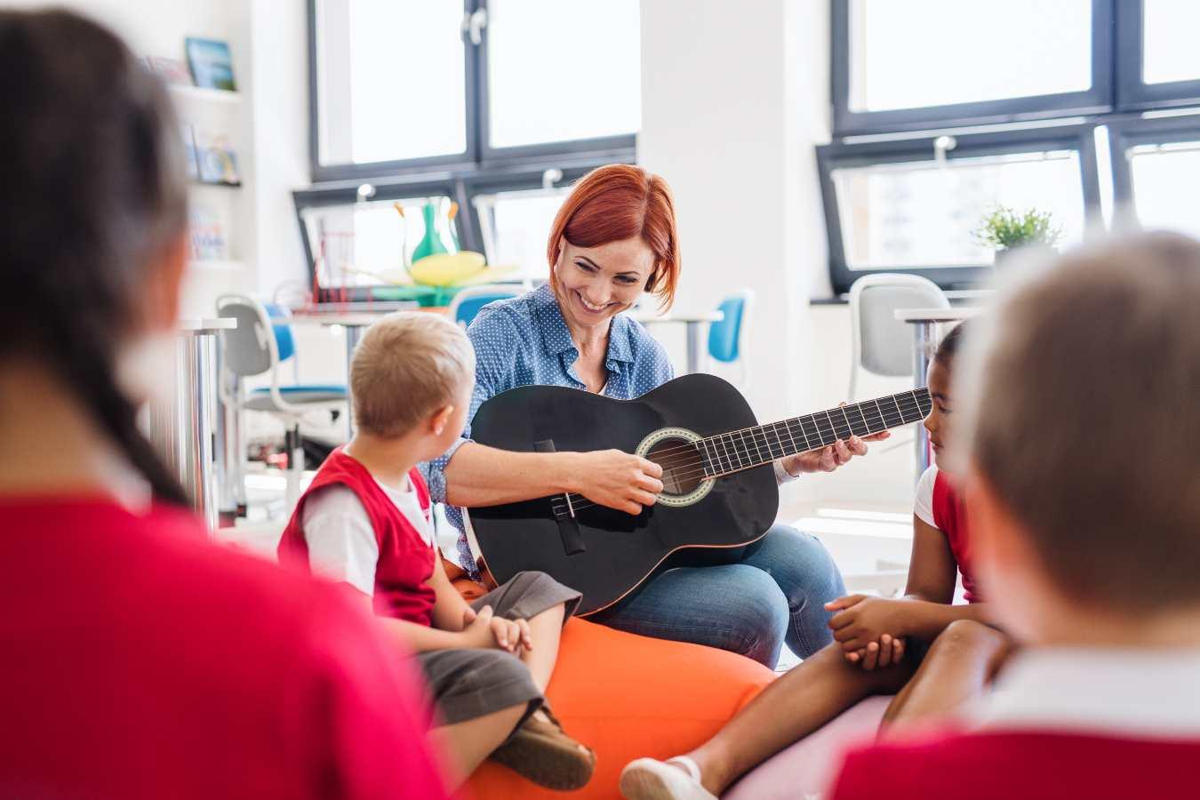 Piosenki na Dzień Nauczyciela [piękne, wyjątkowe, do przedszkola]