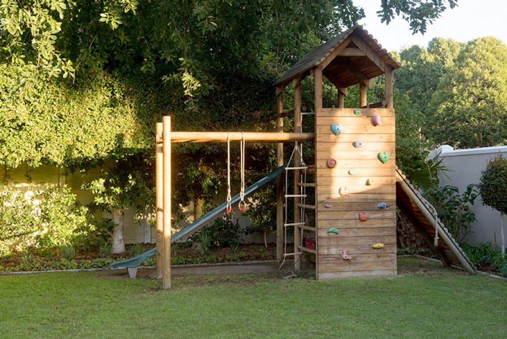 Drewniany plac zabaw z domkiem dla dziecka do ogrodu